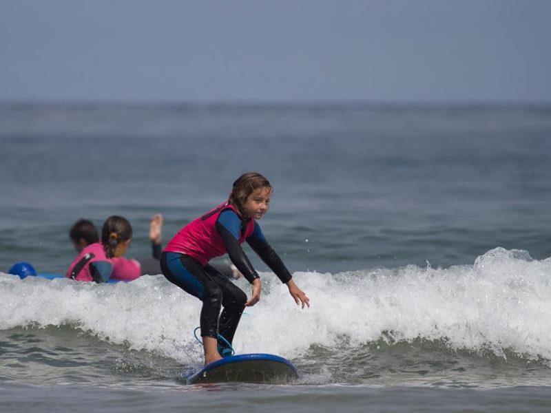 cursos de surf para niños en somo loredo